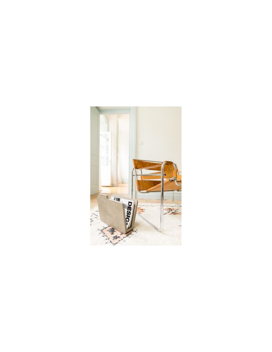 porte revues documents au sol design en b ton otoko. Black Bedroom Furniture Sets. Home Design Ideas