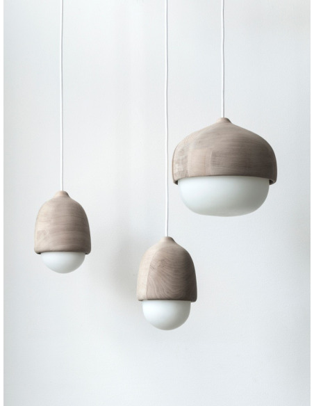 Suspension en bois et verre soufflé Terho Lamp M au design scandinave