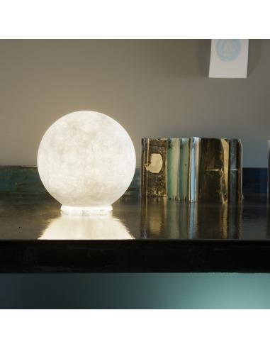 lampe poser petite lune au design original et moderne t moon en nebulite otoko. Black Bedroom Furniture Sets. Home Design Ideas