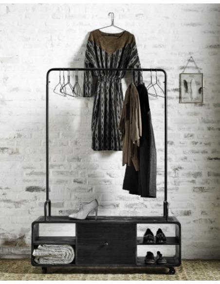 Meuble porte-manteau en bois de peuplier avec roulettes au design scandinave par Nordal