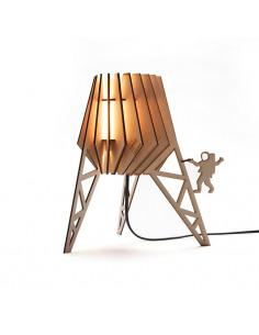 Lampe à poser pour chambre d'enfant SPACEY-SPOT en bois découpé au laser au design scandinave par Van Tjalle en Jasper