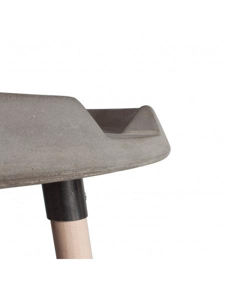 Table basse d'appoint MIX en béton avec piètements en bois par Bertrand Jayr et Lyon Beton