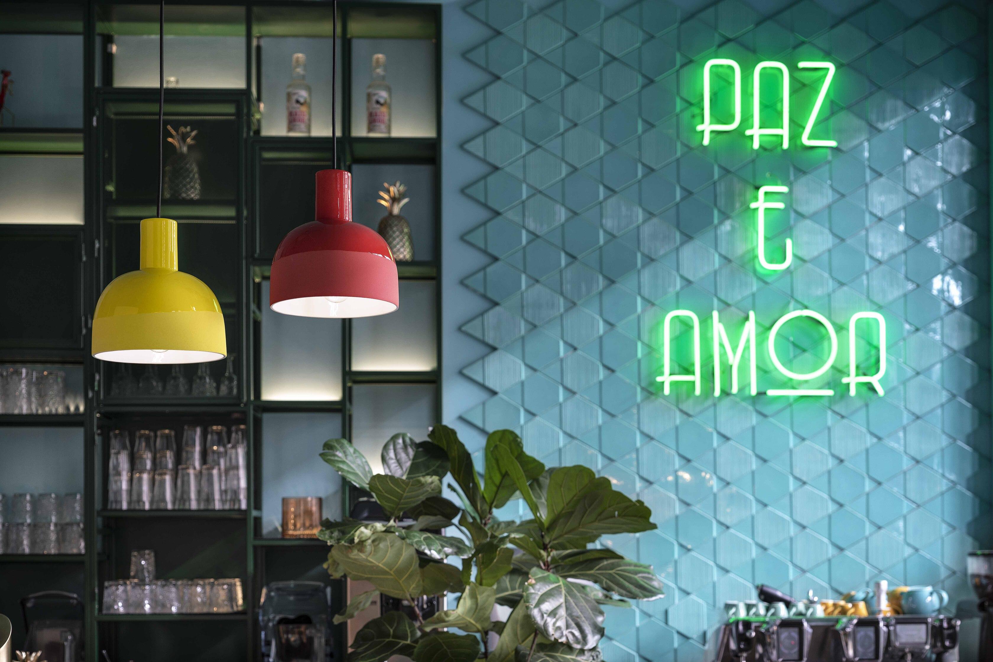 Suspension CAXIXI en céramique au design rétro déclinée sous 8 coloris vibrants par Ferroluce