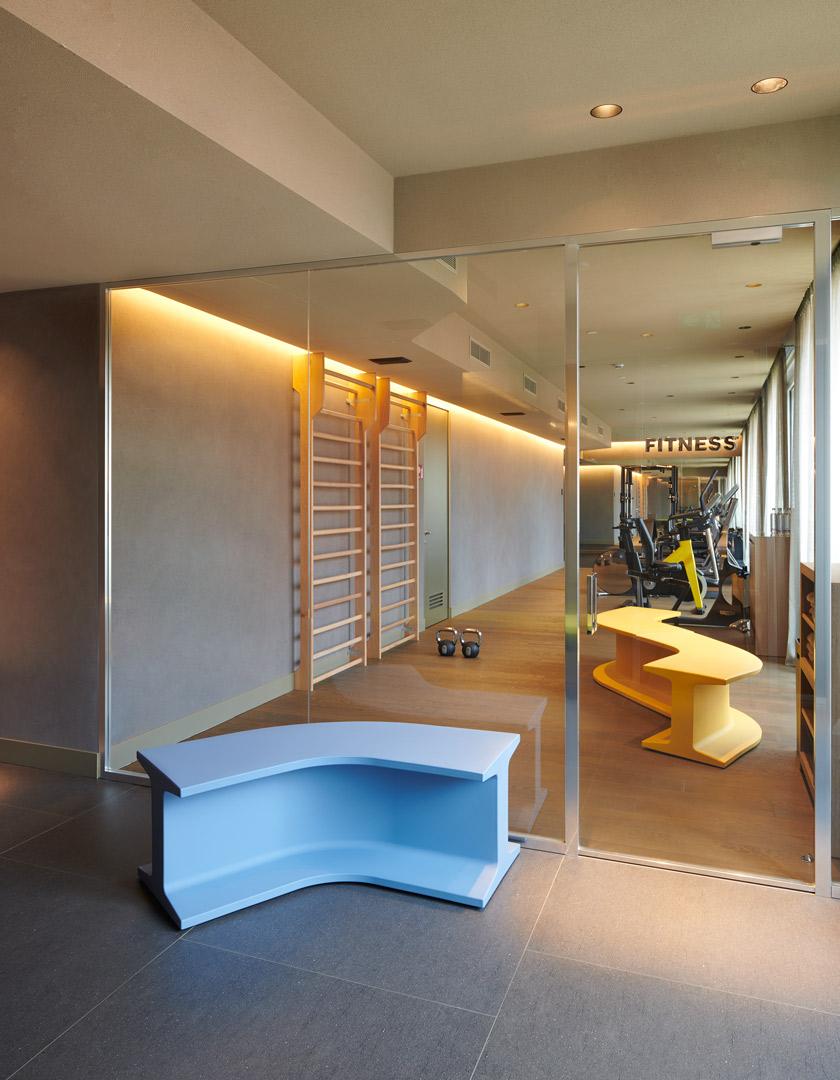 Banc Iron en polyéthylène par Sebastian Bergne x SLIDE Studio