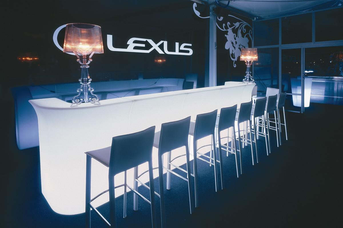 Bar lumineux Jumbo bar en polyéthylène par Jorge Najera x SLIDE Studio