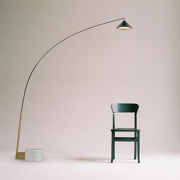 Lampadaire Flex LED en acier et carbone par Seyvaa
